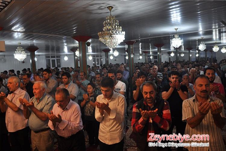 Muhtemel Kadir Gecelerinde Zeynebiye Camii'ne akın eden Ehlibeyt dostları camiye sığmadı. Zeynebiyeliler, sabah namazına dek süren manevi atmosfere bürünürek geceyi ihya ettiler.